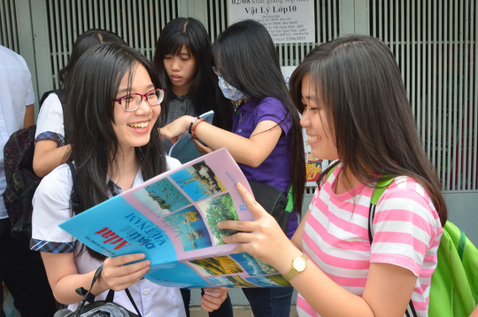 Thí sinh tại điểm thi Trường THPT Gia Định, TP HCM vui mừng sau môn thi địa lýẢnh: TẤN THẠNH