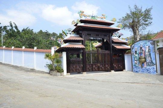Biệt thự hoành tráng của ông Ngô Văn Quang (trên) và biệt thự 3 tầng của ông Phan Như Thạch tại khu vực chân núi Hải Vân                                                Ảnh: BÍCH VÂN