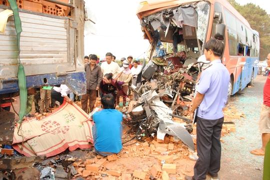 Hiện trường vụ 2 xe tải tông nhau ngày 18-4 trên Quốc lộ 14 làm 2 người chết, 16 người bị thương