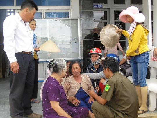 Bà Phạm Thị Nga (vợ cụ Nguyễn Chim) khóc ngất khi nghe tin chồng đột tử