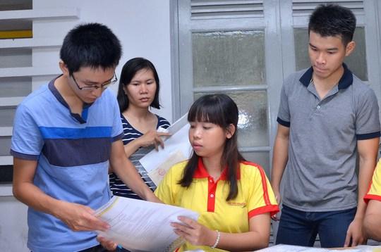 Thí sinh nhận phiếu báo điểm tại Cơ quan Đại diện Bộ GD-ĐT tại TP HCM, sáng 29-7 Ảnh: TẤN THẠNH