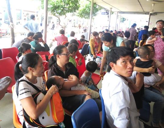 Phụ huynh và bệnh nhi chờ khám ở Khu Khám bệnh Bệnh viện Nhi Đồng 1 (TP HCM) Ảnh: Anh Thư