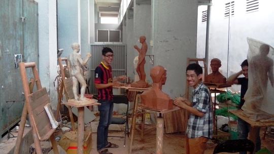 Giờ học điêu khắc tại trường đại học Mỹ thuật TPHCM- mỗi khóa có 6 sinh viên theo học ngành này.