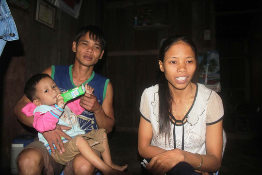 Chị Hồ Thị Hiếu - cán bộ Trạm Y tế xã Trà Cang, huyện Nam Trà My, tỉnh Quảng Nam - bên gia đình nhỏ của mình Ảnh: QUANG VINH