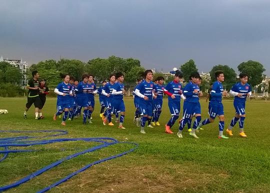 Đội tuyển nữ Việt Nam tập thể lực trên sân Phú Thọ (TP HCM) vốn chỉ dành cho các đội bóng phong trào thi đấu