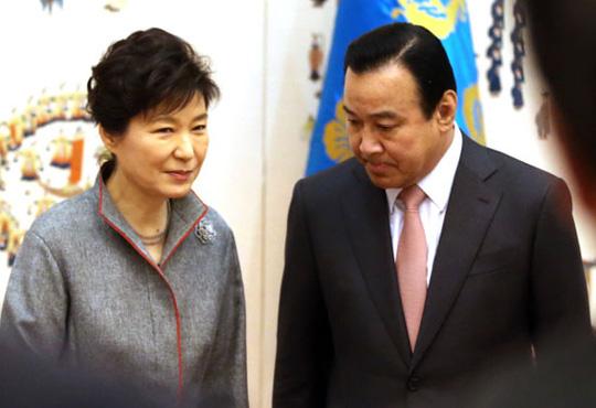 Tổng thống Park Geun-hye trong lễ bổ nhiệm Thủ tướng Lee Wan-koo hồi tháng 2-2015. Ảnh: YONHAP
