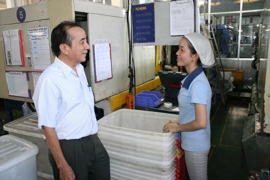 Công nhân Công ty CP sản xuất Nhựa Duy Tân (quận Bình Tân, TP HCM) luôn an tâm làm việc vì quyền lợi đã được quy định rõ trong thỏa ước lao động.