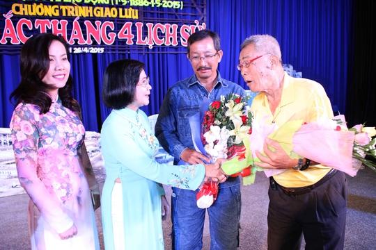 Bà Nguyễn Thị Thu Hà (thứ hai từ trái qua) - Ủy viên Trung ương Đảng, Phó Bí thư Thành ủy TP HCM - tặng hoa cho cán bộ công vận Ảnh: HOÀNG TRIỀU
