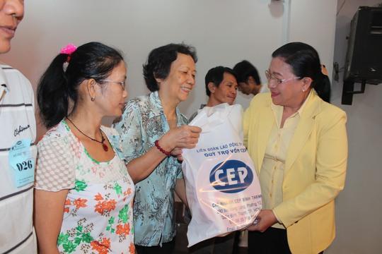 Bà Nguyễn Thị Bích Thủy, Phó Chủ tịch LĐLĐ TP HCM (bìa phải), trao quà Tết cho các thành viên CEP của quận Bình Thạnh, TP HCM