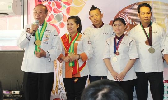 Ông Kao Siêu Lực (bìa trái) động viên công nhân đoạt giải tại hội thi Golden Baker 2015
