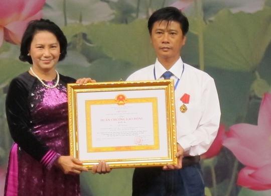 Bà Nguyễn Thị Kim Ngân - Ủy viên Bộ Chính trị, Phó Chủ tịch Quốc hội - trao Huân chương Lao động  cho một gương điển hình