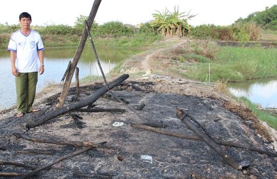 Gia đình bà H. đã đốt bỏ chòi giữ tôm vì sợ… xui xẻo sau 2 năm liên tiếp phát hiện 3 trẻ sơ sinh bị bỏ rơi.