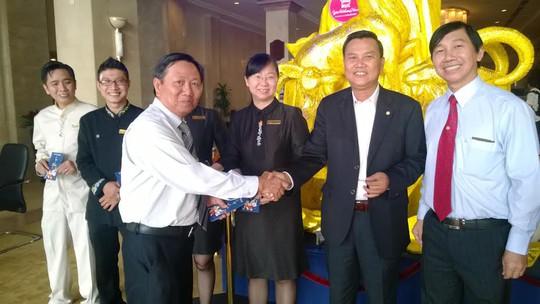 35 năm qua Ông Đinh Văn Thượng (thứ 2 từ phải sang), phó giám đốc khách sạn Rex không đón Tết cùng gia đình