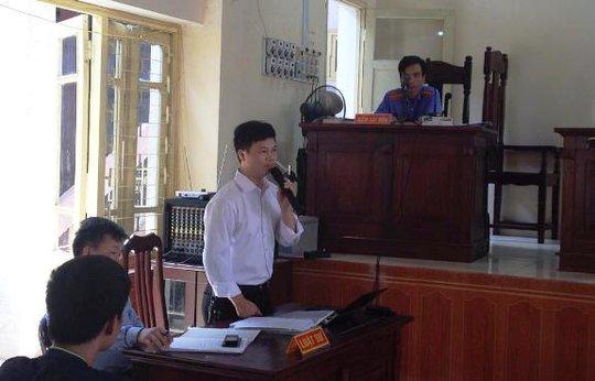 Luật sư Nguyễn Văn Tú trình bày tại phiên tòa