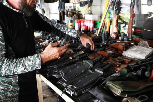 Súng và vũ khí giống trong các đoạn video hành quyết. Ảnh: Twitter