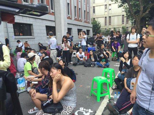 Cảnh sát được lệnh không giải tán sinh viên. Ảnh: Channel news asia