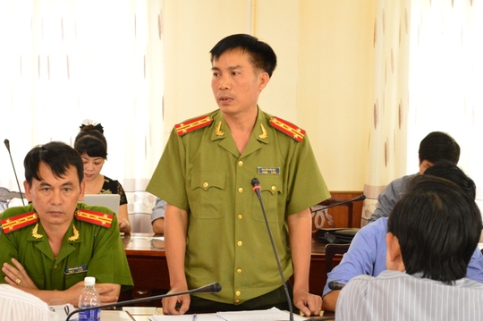 Đại tá Nguyễn Văn Quy, người phát ngôn Công an tỉnh Đắk Lắk, thông báo vụ việc tại buổi họp báo.