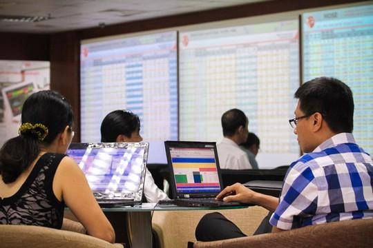 Nhà đầu tư giao dịch tại Công ty chứng khoán Rồng Việt. Ảnh: Hoàng Triều