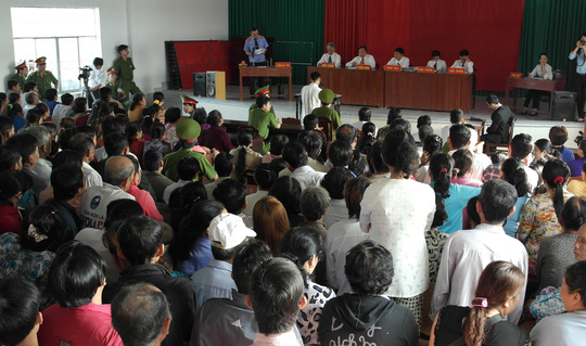 Đông đảo người dân đến dự phiên tòa sáng 30-1