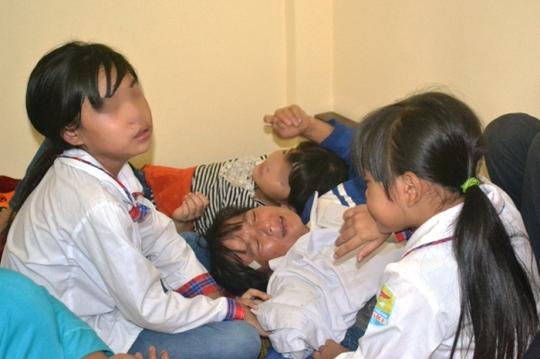 Chị Nguyễn Thị Hân đau đớn khi hay tin chồng, bố chồng và cháu gặp nạn
