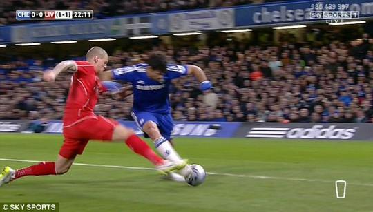 Và Costa bị trung vệ Liverpool phạm lỗi nhưng trọng tài đã không cho Chelsea hưởng phạt đền
