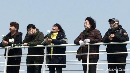 Những người thân nạn nhân trên boong tàu đến khu vực xảy ra thảm họa. Ảnh: CNA