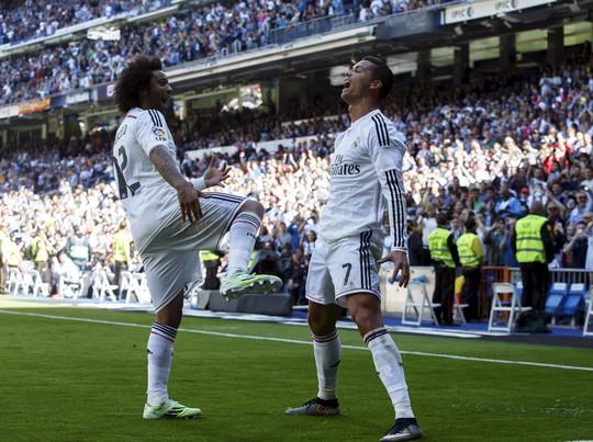 Marcelo chúc mừng bàn thắng thứ 5 của Ronaldo