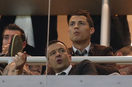 Ronaldo và ông Mendes cùng theo dõi 1 trận đấu từ khán đài VIP