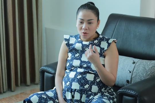 Thu Minh những ngày gần sinh tiếp thí sinh Vietnam Idol đến thăm. Ảnh: BTC