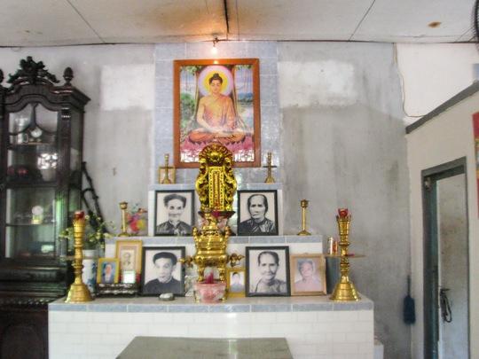 """Gian nhà thờ tổ tiên ông bà của cụ L. nằm cạnh ngôi chùa nhưng hiện tại cụ không được ở vì bị cháu mình """"rước"""" vào chùa."""