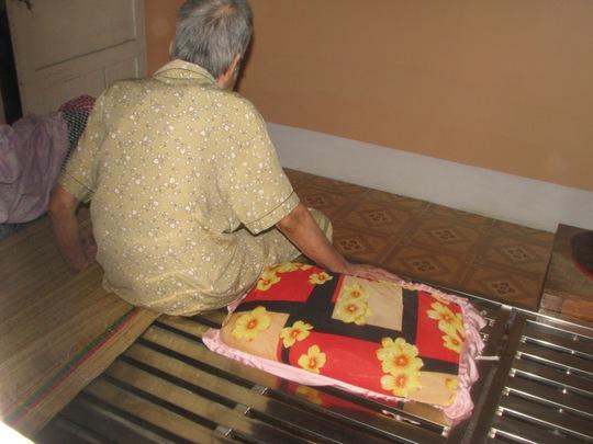 """Bà cụ Nguyễn Thị Mỹ L. bị """"giam lỏng"""" trong căn phòng suốt gần 2 năm nay."""