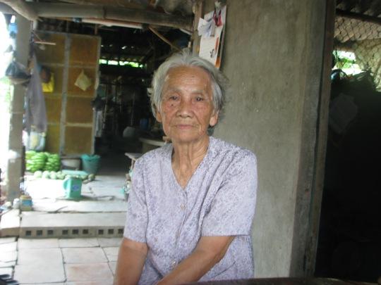 """Cụ bà Phạm Thị Thanh Hoa, cháu dâu cụ L., tỏ ra bức xúc trước việc cụ L. bị """"giam lỏng""""."""