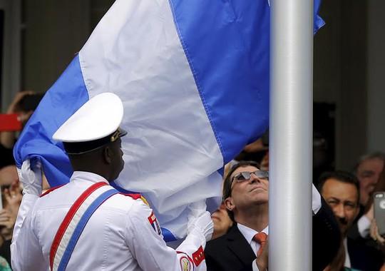 Ngoại trưởng Cuba Bruno Rodriguez kéo quốc kỳ tại buổi lễ mở cửa lại đại sứ quán ở thủ đô Washington - Mỹ hôm 20-7 Ảnh: Reuters