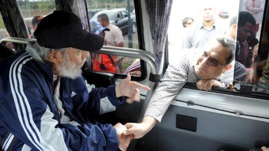 Ông Fidel Castro lần lượt bắt tay những người trong phái đoàn Venezuela. Ảnh: Estudios Revolucion/Cubadebate/Reuters
