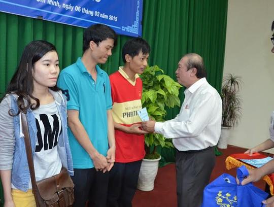 Ông Nguyễn Việt Cường, Phó Chủ tịch LĐLĐ TP HCM, trao vé xe cho công nhân đang làm việc tại KCN Tây Bắc Củ Chi