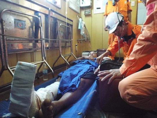 Ngư dân Lương khi được sơ cứu trên tàu SAR27-01 của Nhatrang MRCC.