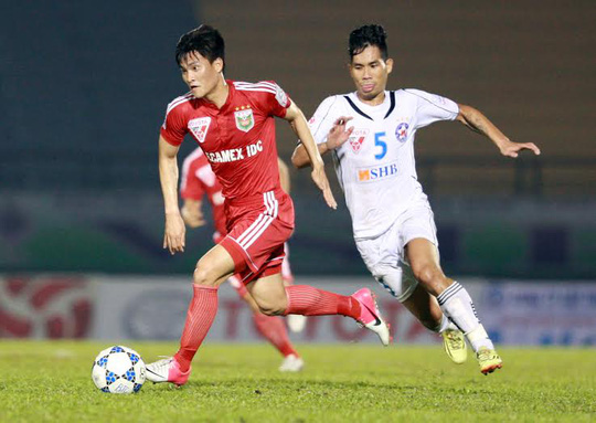 Công Vinh của Bình Dương (trái) đi bóng qua hậu vệ Đà Nẵng