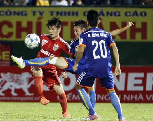 Công Vinh (trái) sẽ có chuyến làm khách hứa hẹn nhiều khó khăn trên sân của Quảng Ninh