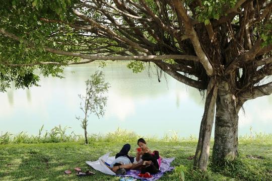 Một gia đình vào TP. Mới Bình Dương hóng mát bên bờ hồ