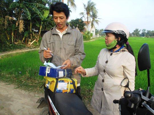LS Đôn nhận bưu phẩm là hồ sơ nhờ bảo vệ quyền lợi hợp pháp của một gia đình ở Bình Thuận