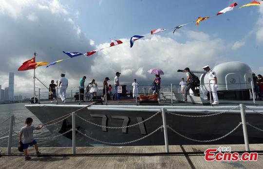 Người dân Hồng Kông tham quan tàu của quân đội Trung Quốc