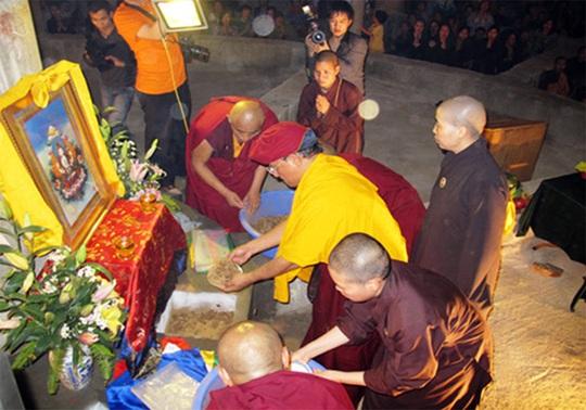 Đích thân Đức pháp vương Gyalwang Drukpa yểm tâm và đặt vô số xá lị tại Đại bảo tháp Tây Thiên