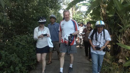 Cùng đoàn đi bộ đến thăm nông dân ở quận Binh Thủy, TP Cần Thơ