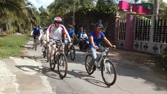 Đạp xe đạp vào con đường nông thôn