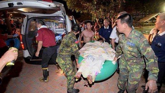 Người bị thương được đưa đến bệnh viện tối 28-6. Ảnh: EPA
