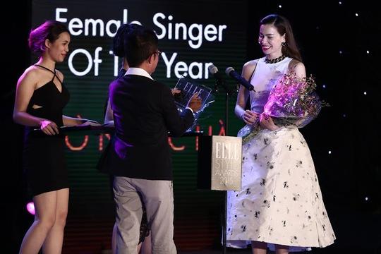 Ca sĩ Hồ Ngọc Hà lên nhận giải Nữ ca sĩ phong cách của năm