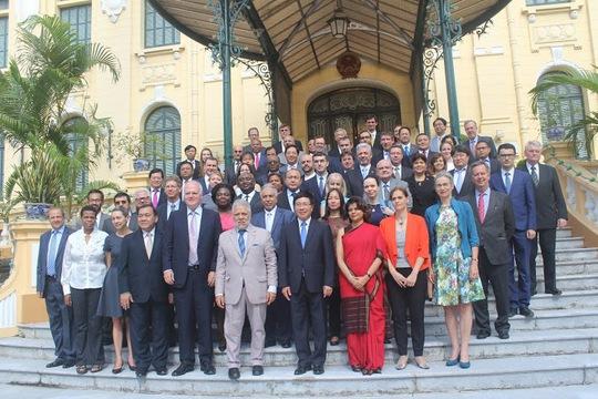 Các vị đại sứ, nhà ngoại giao tham dự hội thảo