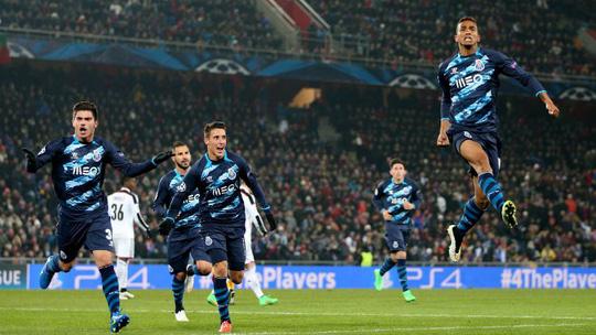 Danilo (phải) chơi thăng hoa trong màu áo Porto