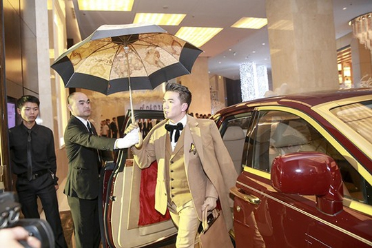 Đàm Vĩnh Hưng đã đưa chiếc xe Roll Royce dát vàng trị giá 40 tỉ đồng lên sát sân khấu