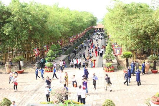 Sau nghi thức diễu hành đón rước Lễ, nghi thức dâng hương, dâng hoa và lễ tế, đông đảo người dân thành phố dâng hương Quốc Tổ tại lễ giỗ.